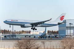 NARITA - JAPÃO, O 25 DE JANEIRO DE 2017: Aterrissagem de B-6549 Airbus A330 Air China no aeroporto internacional de Narita, Japão Imagem de Stock