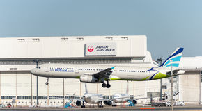 NARITA - JAPÃO, O 25 DE JANEIRO DE 2017: Aterrissagem de Busan do ar de HL7713 Airbus A321 no aeroporto internacional de Narita,  Fotos de Stock
