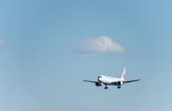 NARITA - JAPÃO, O 25 DE JANEIRO DE 2017: Aterrissagem de C-FCAF Boeing 767 Air Canada no aeroporto internacional de Narita, Japão Imagem de Stock