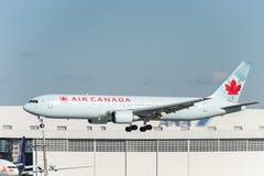 NARITA - JAPÃO, O 25 DE JANEIRO DE 2017: Aterrissagem de C-FCAF Boeing 767 Air Canada no aeroporto internacional de Narita, Japão Foto de Stock Royalty Free