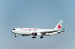 NARITA - JAPÃO, O 25 DE JANEIRO DE 2017: Aterrissagem de C-FCAF Boeing 767 Air Canada no aeroporto internacional de Narita, Japão Fotografia de Stock