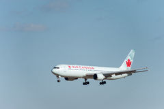 NARITA - JAPÃO, O 25 DE JANEIRO DE 2017: Aterrissagem de C-FCAF Boeing 767 Air Canada no aeroporto internacional de Narita, Japão Imagem de Stock Royalty Free