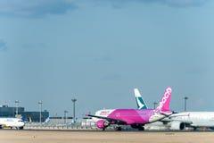 NARITA - JAPÃO, O 25 DE JANEIRO DE 2017: Aviação do pêssego de JA805P Airbus A320 no aeroporto internacional de Narita, Japão Imagem de Stock