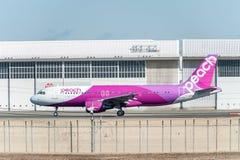 NARITA - JAPÃO, O 25 DE JANEIRO DE 2017: Aviação do pêssego de JA811P Airbus A320 pronta para decolar no aeroporto internacional  Fotografia de Stock