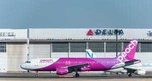 NARITA - JAPÃO, O 25 DE JANEIRO DE 2017: Aviação do pêssego de JA807P Airbus A320 pronta para decolar no aeroporto internacional  Fotos de Stock Royalty Free