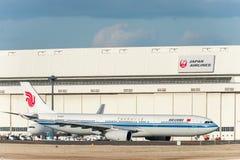 NARITA - JAPÃO, O 25 DE JANEIRO DE 2017: B-6101 Airbus A330 Air China no aeroporto internacional de Narita, Japão Fotos de Stock Royalty Free
