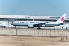 NARITA - JAPÃO, O 25 DE JANEIRO DE 2017: B-2094 Boeing 777 Air China Cargo pronto para decolar no aeroporto internacional de Nari Imagens de Stock