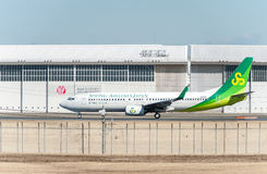 NARITA - JAPÃO, O 25 DE JANEIRO DE 2017: JA01GR Boeing 737 Spring Airlines Japão pronto para decolar no aeroporto internacional d Fotos de Stock Royalty Free