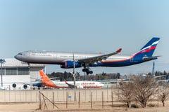 NARITA - JAPÓN, EL 25 DE ENERO DE 2017: Aterrizaje de VQ-BCV Airbus A330 Aeroflot en el aeropuerto internacional de Narita, Japón Fotos de archivo libres de regalías