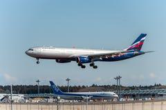 NARITA - JAPÓN, EL 25 DE ENERO DE 2017: Aterrizaje de VQ-BCV Airbus A330 Aeroflot en el aeropuerto internacional de Narita, Japón Foto de archivo libre de regalías