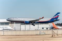 NARITA - JAPÓN, EL 25 DE ENERO DE 2017: Aterrizaje de VQ-BCV Airbus A330 Aeroflot en el aeropuerto internacional de Narita, Japón Imágenes de archivo libres de regalías