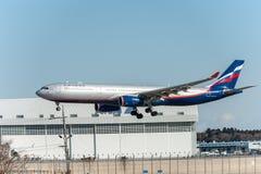NARITA - JAPÓN, EL 25 DE ENERO DE 2017: Aterrizaje de VQ-BCV Airbus A330 Aeroflot en el aeropuerto internacional de Narita, Japón Foto de archivo