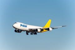 NARITA - JAPÓN, EL 25 DE ENERO DE 2017: Aterrizaje polar del flete aéreo de N851GT Boeing 747 en el aeropuerto internacional de N Imagen de archivo