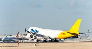 NARITA - JAPÓN, EL 25 DE ENERO DE 2017: Aterrizaje polar del flete aéreo de N851GT Boeing 747 en el aeropuerto internacional de N Imagen de archivo libre de regalías