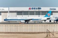 NARITA - JAPÓN, EL 25 DE ENERO DE 2017: b-2285 Airbus A321 China Southern Airlines listo para sacar en el aeropuerto internaciona Fotos de archivo libres de regalías