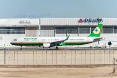 NARITA - JAPÓN, EL 25 DE ENERO DE 2017: B-16213 Airbus A321 EVA Air Ready a sacar en el aeropuerto internacional de Narita, Japón Fotografía de archivo