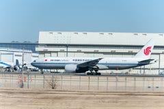 NARITA - JAPÓN, EL 25 DE ENERO DE 2017: B-2094 Boeing 777 Air China Cargo listo para sacar en el aeropuerto internacional de Nari Foto de archivo