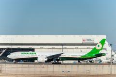 NARITA - JAPÓN, EL 25 DE ENERO DE 2017: B-16727 Boeing 777 EVA Air Ready a sacar en el aeropuerto internacional de Narita, Japón Fotografía de archivo