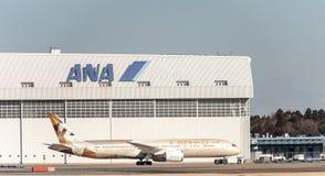 NARITA - JAPÓN, EL 25 DE ENERO DE 2017: A6-BLB Boeing 787 Dreamliner Etihad Airways que grava en el aeropuerto internacional de N Foto de archivo libre de regalías