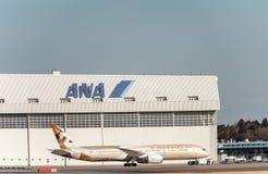 NARITA - JAPÓN, EL 25 DE ENERO DE 2017: A6-BLB Boeing 787 Dreamliner Etihad Airways que grava en el aeropuerto internacional de N Fotos de archivo libres de regalías