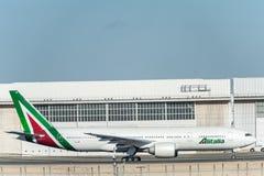 NARITA - JAPÓN, EL 25 DE ENERO DE 2017: EI-DBM Boeing 777 Alitalia listo para sacar en el aeropuerto internacional de Narita, Jap Fotos de archivo