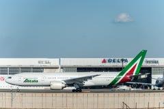 NARITA - JAPÓN, EL 25 DE ENERO DE 2017: EI-DBM Boeing 777 Alitalia listo para sacar en el aeropuerto internacional de Narita, Jap Imagen de archivo
