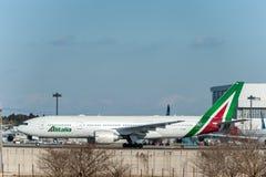 NARITA - JAPÓN, EL 25 DE ENERO DE 2017: EI-DBM Boeing 777 Alitalia listo para sacar en el aeropuerto internacional de Narita, Jap Fotos de archivo libres de regalías