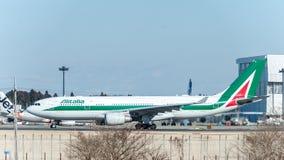 NARITA - JAPÓN, EL 25 DE ENERO DE 2017: EI-EJL Airbus A330 Alitalia listo para sacar en el aeropuerto internacional de Narita, Ja Imagen de archivo