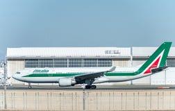 NARITA - JAPÓN, EL 25 DE ENERO DE 2017: EI-EJL Airbus A330 Alitalia listo para sacar en el aeropuerto internacional de Narita, Ja Foto de archivo