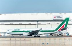 NARITA - JAPÓN, EL 25 DE ENERO DE 2017: EI-EJL Airbus A330 Alitalia listo para sacar en el aeropuerto internacional de Narita, Ja Fotos de archivo