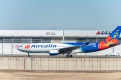 NARITA - JAPÓN, EL 25 DE ENERO DE 2017: F-0JSE Airbus A330 Aircalin listo para sacar en el aeropuerto internacional de Narita, Ja Imagen de archivo libre de regalías