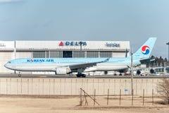 NARITA - JAPÓN, EL 25 DE ENERO DE 2017: HL7586 Airbus A330 Korean Air listo para sacar en el aeropuerto internacional de Narita,  Foto de archivo libre de regalías