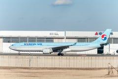 NARITA - JAPÓN, EL 25 DE ENERO DE 2017: HL7586 Airbus A330 Korean Air listo para sacar en el aeropuerto internacional de Narita,  Fotos de archivo