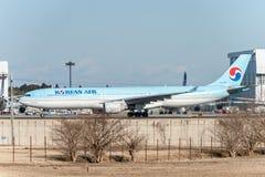 NARITA - JAPÓN, EL 25 DE ENERO DE 2017: HL7586 Airbus A330 Korean Air listo para sacar en el aeropuerto internacional de Narita,  Imagen de archivo libre de regalías