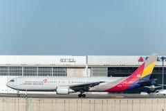 NARITA - JAPÓN, EL 25 DE ENERO DE 2017: HL7528 Boeing 767 Asiana Airlines en el aeropuerto internacional de Narita, Japón Fotos de archivo