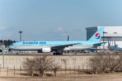 NARITA - JAPÓN, EL 25 DE ENERO DE 2017: HL7714 Boeing 777 Korean Air listo para sacar en el aeropuerto internacional de Narita, J Fotografía de archivo libre de regalías