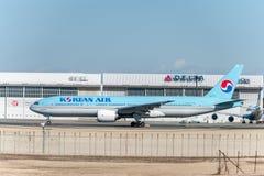 NARITA - JAPÓN, EL 25 DE ENERO DE 2017: HL7714 Boeing 777 Korean Air listo para sacar en el aeropuerto internacional de Narita, J Foto de archivo libre de regalías