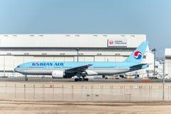 NARITA - JAPÓN, EL 25 DE ENERO DE 2017: HL7714 Boeing 777 Korean Air listo para sacar en el aeropuerto internacional de Narita, J Fotos de archivo