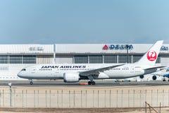 NARITA - JAPÓN, EL 25 DE ENERO DE 2017: JA823J Boeing 787 Dreamliner Japan Airlines listo para sacar en el aeropuerto internacion Fotos de archivo