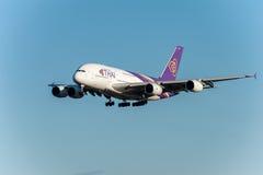 NARITA - JAPÓN, EL 25 DE ENERO DE 2017: Líneas aéreas de HS-TUB Airbus A380 Thai Airways que aterrizan en el aeropuerto internaci imagenes de archivo