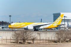 NARITA - JAPÓN, EL 25 DE ENERO DE 2017: 9V-OFE Boeing 787 Dreamliner Scoot Ready a sacar en el aeropuerto internacional de Narita Imagen de archivo