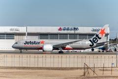 NARITA - JAPÓN, EL 25 DE ENERO DE 2017: Vh-VKG Boeing 787 Dreamliner Jetstar Airways listo para sacar en el aeropuerto internacio Imagenes de archivo