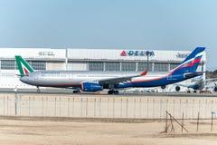 NARITA - JAPÓN, EL 25 DE ENERO DE 2017: VQ-BCV Airbus A330 Aeroflot listo para sacar en el aeropuerto internacional de Narita, Ja Fotografía de archivo libre de regalías