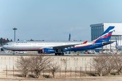 NARITA - JAPÓN, EL 25 DE ENERO DE 2017: VQ-BCV Airbus A330 Aeroflot listo para sacar en el aeropuerto internacional de Narita, Ja Fotos de archivo