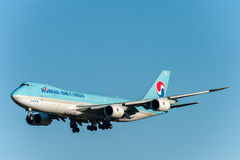 NARITA - JAPAN, AM 25. JANUAR 2017: Fracht-Landung HL7610 Boeing 747 Korean Air in internationalem Narita-Flughafen, Japan Stockfotos