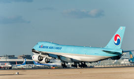 NARITA - JAPAN, AM 25. JANUAR 2017: Fracht-Landung HL7610 Boeing 747 Korean Air in internationalem Narita-Flughafen, Japan Lizenzfreie Stockbilder