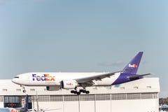 NARITA - JAPAN, AM 25. JANUAR 2017: Landung N863FD Boeing 777 Fedex in internationalem Narita-Flughafen, Japan Stockbild