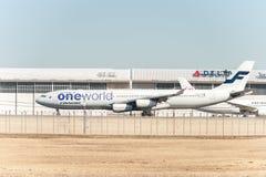 NARITA - JAPAN, AM 25. JANUAR 2017: OH-LQE Airbus A340 Finnair Oneworld Livree bereit, sich in internationalem Narita-Flughafen,  Stockfoto