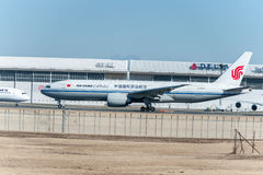 NARITA - JAPAN, 25 JANUARI, 2017: B-2094 Boeing 777 Air China Cargo Klaar om in Internationale Narita Luchthaven, Japan op te sti Stock Afbeeldingen