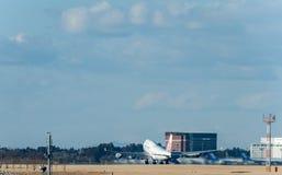 NARITA - JAPAN, JANUARI 25, 2017: B18212 Boeing 747 China Airlines tar av i den internationella Narita flygplatsen, Japan Royaltyfri Foto